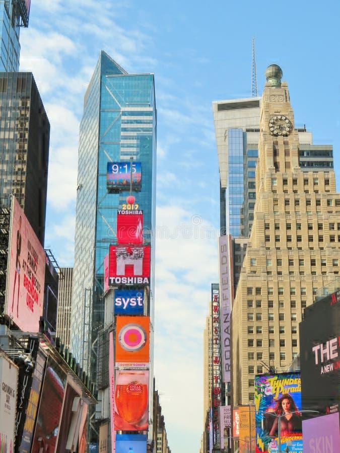 New York City, Etats-Unis, le 20 juin 2017 - les bâtiments et les annonces à temps ajustent photo stock