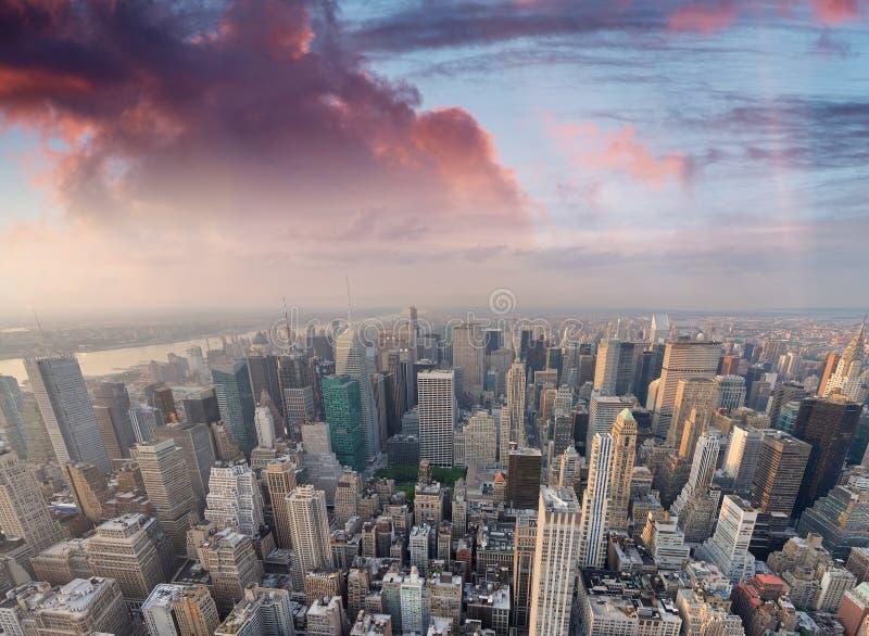 New York City, Etats-Unis Vue aérienne étonnante de Manhattan au coucher du soleil photos libres de droits