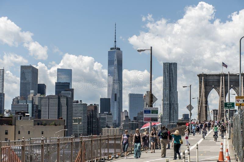 New York City Etats-Unis 25 05 Vue 2014 d'horizon des personnes de pont de Brooklyn marchant par images stock