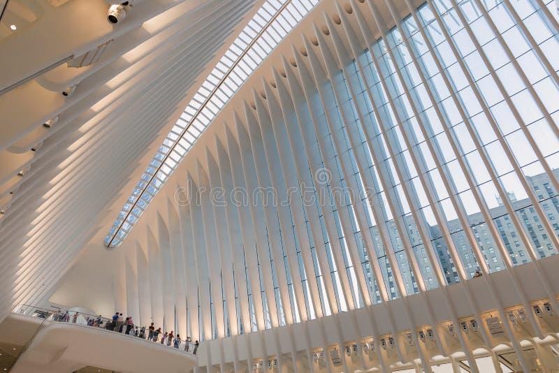 New York City/EUA - 22 DE AGOSTO DE 2018: Opinião interior do Oculus do cubo do transporte do World Trade Center no por do sol foto de stock royalty free