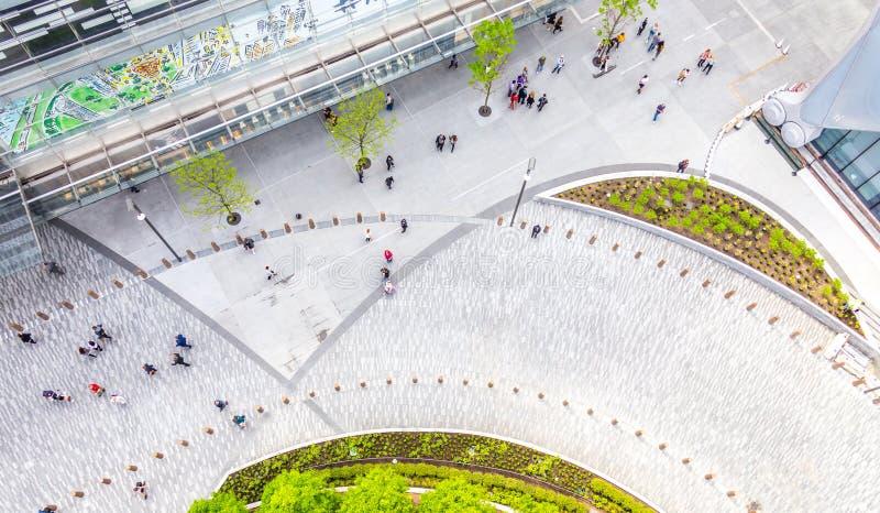 New York City, EUA - 17 de maio de 2019: Ideia superior a?rea do quadrado perto da alameda de Hudson Yards com os povos de passei fotos de stock