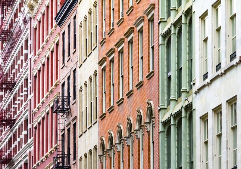 New York City färgade hyreshusar arkivbild