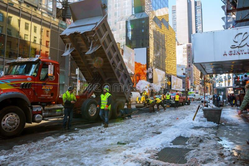 NEW YORK CITY - 27 février 2017 : réparez le trottoir d'asphalte de travail en hiver à New York images libres de droits