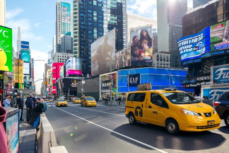 New York City Förenta staterna - November 2, 2017: Gula taxitaxiar på den Manhattan avenyn royaltyfri fotografi