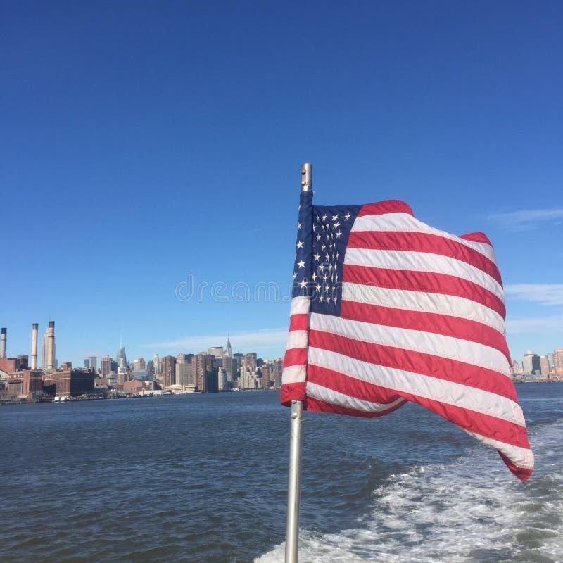 New York City fantastisk sikt med den Förenta staterna flaggan royaltyfri fotografi