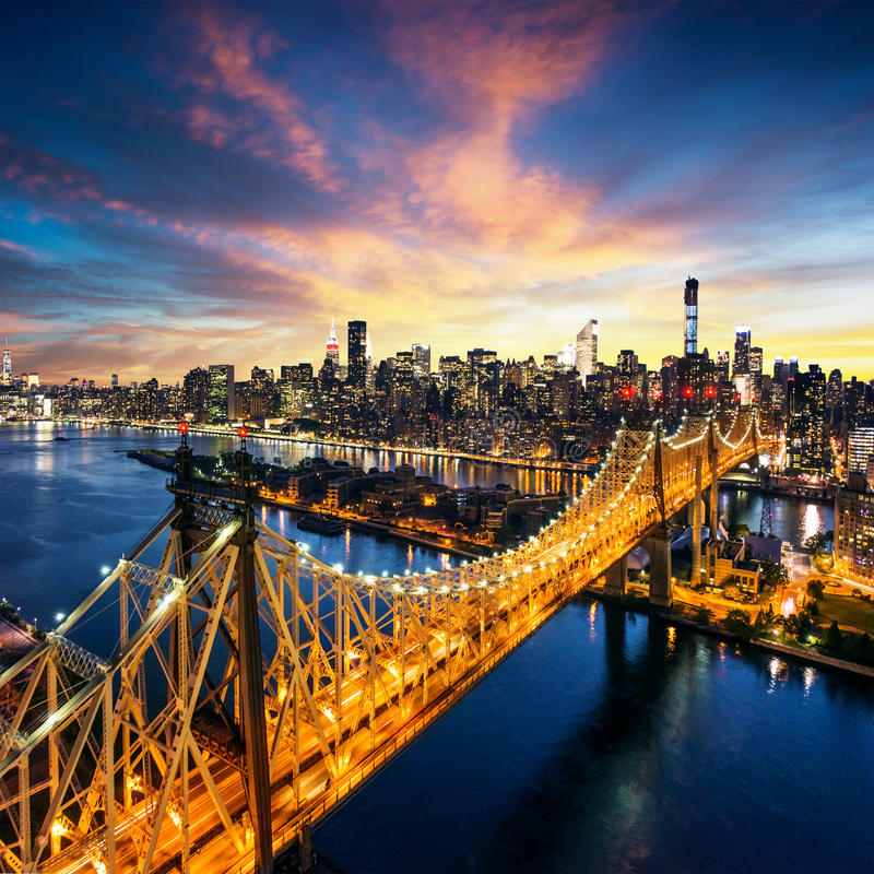 New York City - fantastisk solnedgång över manhattan med den Queensboro bron royaltyfria bilder