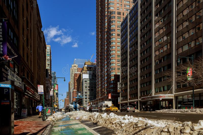 NEW YORK CITY - Februari 27, 2017: Någon stad i New York City, efter snöstormen, vintern har förvärvat snö, royaltyfri fotografi