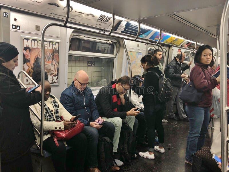 New York City folk som pendlar Yorkers NYC för underjordisk transport för gångtunnel olikt nytt stads- liv fotografering för bildbyråer