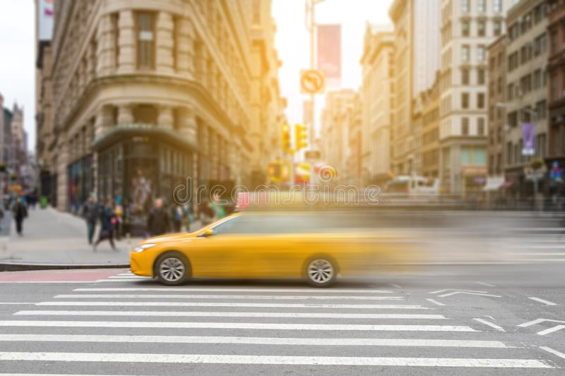 New York City gulnar taxitaxin i rörelse över broadway royaltyfri foto