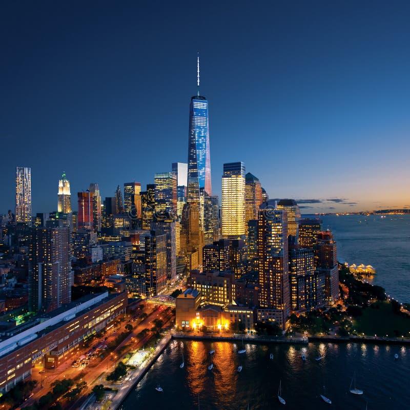 New York City - härlig färgrik solnedgång över manhattan royaltyfri bild
