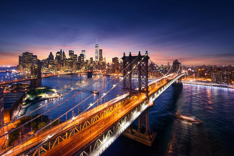 New York City - härlig solnedgång över manhattan med den manhattan och brooklyn bron royaltyfri fotografi
