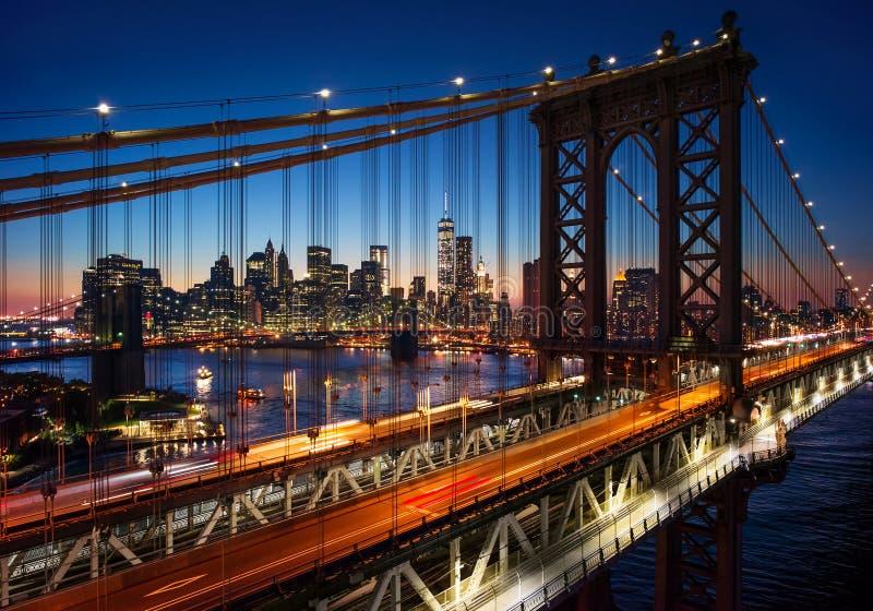New York City - härlig solnedgång över manhattan med manhattan a arkivbilder