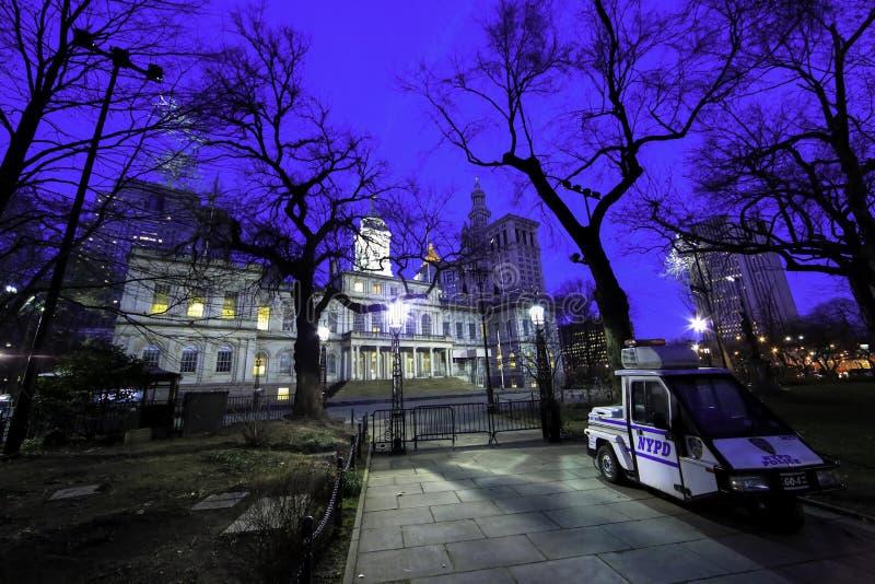 New York City Hall på natten arkivbild