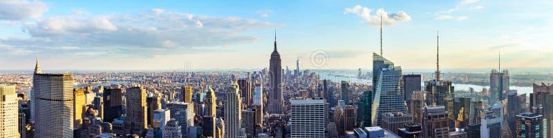 New York City horisont från taköverkant med stads- skyskrapor för solnedgång royaltyfria foton