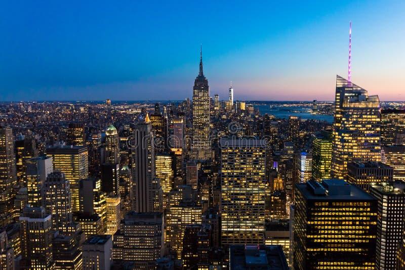 New York City horisont i det Manhattan centret med Empire State Building och skyskrapor på natten USA royaltyfri foto