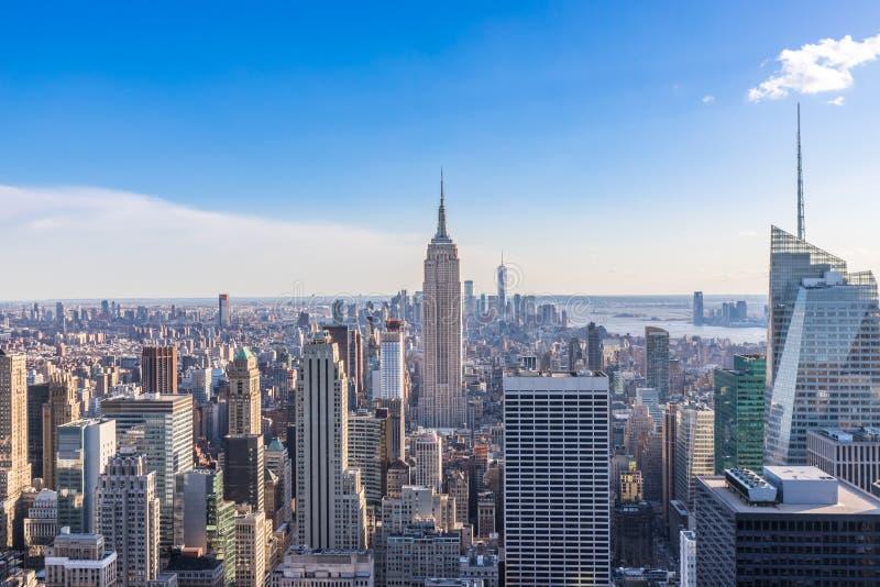 New York City horisont i det Manhattan centret med Empire State Building och skyskrapor på solig dag med klar blå himmel USA arkivbild