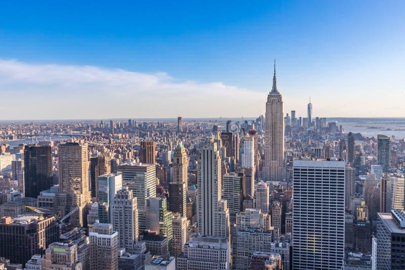 New York City horisont i det Manhattan centret med Empire State Building och skyskrapor på solig dag med klar blå himmel USA royaltyfria bilder