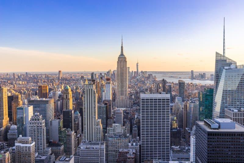 New York City horisont i det Manhattan centret med Empire State Building och skyskrapor på solnedgången USA royaltyfri fotografi
