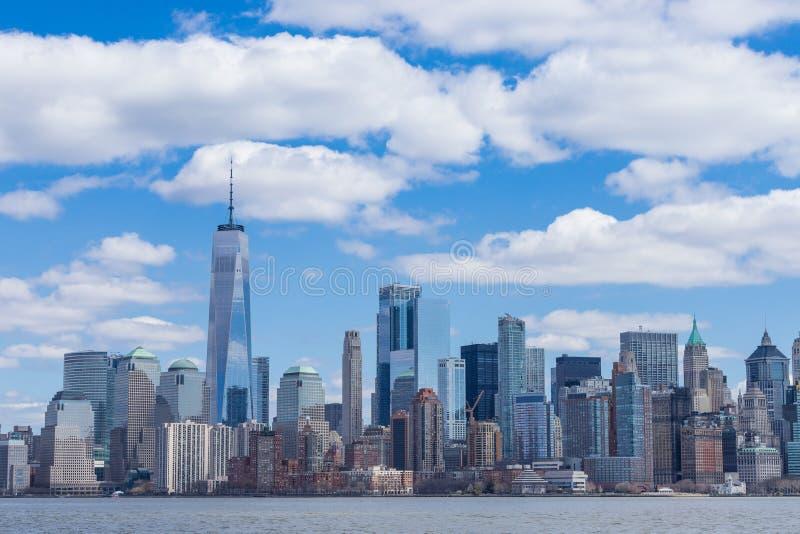New York City horisont i det Manhattan centret med One World Trade Center och skyskrapor på den soliga dagen USA arkivbild