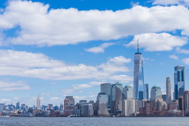 New York City horisont i det Manhattan centret med One World Trade Center och skyskrapor på den soliga dagen USA royaltyfri bild