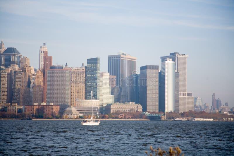 New York City horisont i nedgångsolnedgång arkivfoton