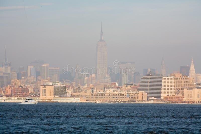 New York City horisont i nedgångsolnedgång fotografering för bildbyråer