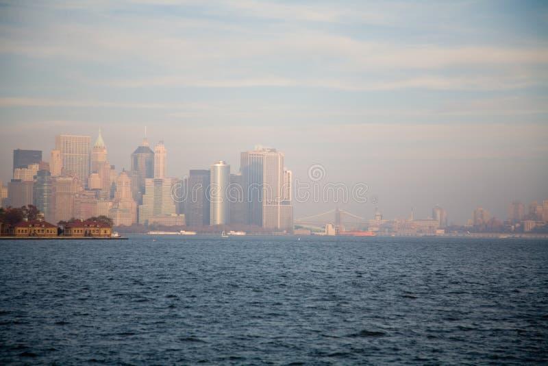 New York City horisont i nedgångsolnedgång royaltyfri fotografi