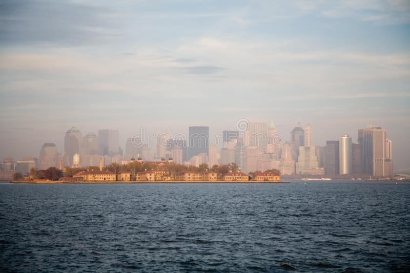 New York City horisont i nedgångsolnedgång royaltyfria bilder