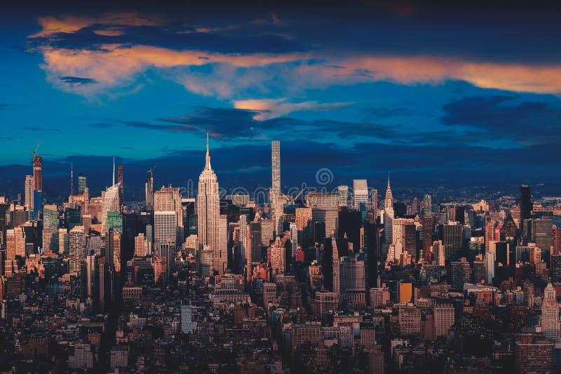 New York City horisont med stads- skyskrapor på solnedgången royaltyfri foto