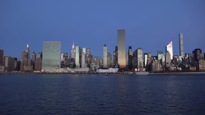 New York City horisont med stads- skyskrapor på solnedgången 2019 royaltyfri bild