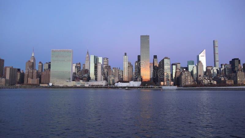 New York City horisont med stads- skyskrapor på solnedgången 2019 royaltyfria foton
