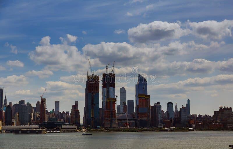 New York City horisont med stads- skyskrapor på solnedgången, USA royaltyfria bilder