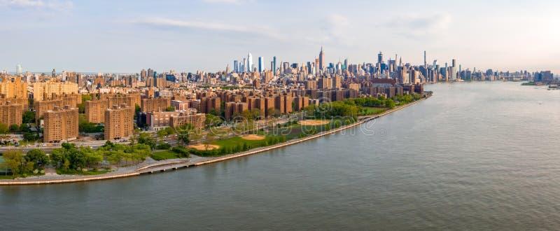 New York City horisont med stads- skyskrapor fotografering för bildbyråer