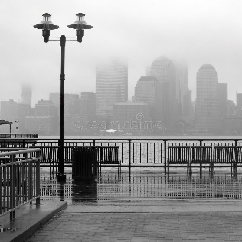 New York City horisont på en regnig dag fotografering för bildbyråer