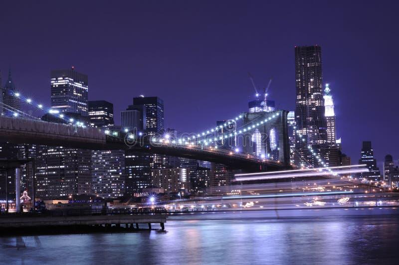 New York City horisont på natten royaltyfria bilder