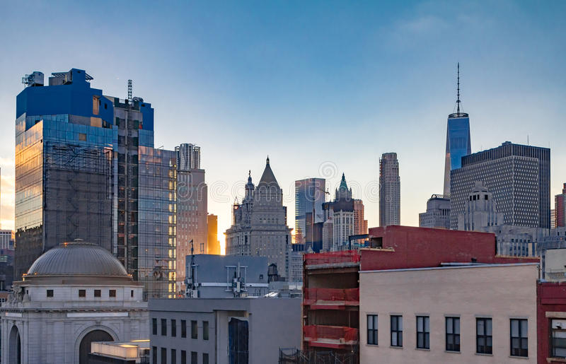 New York City i stadens centrum horisont på solnedgången royaltyfria foton