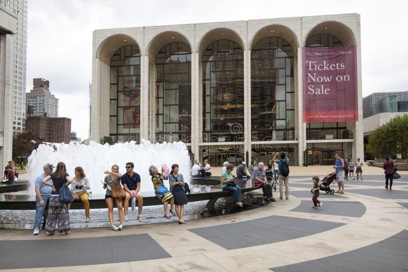 New York City, il 12 settembre 2015: la gente si siede accanto al Ne della fontana immagini stock