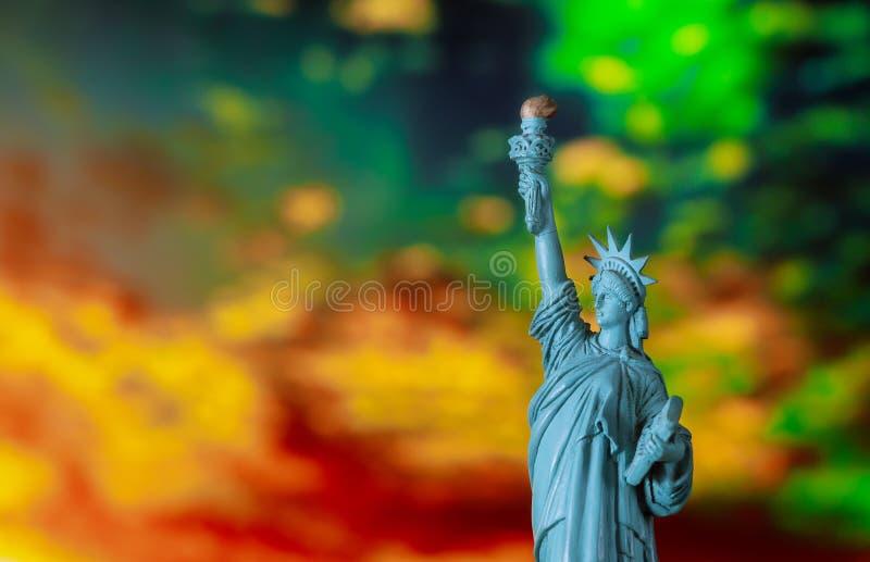 New York City im Freiheitsstatuen bei Sonnenuntergang stockfotos