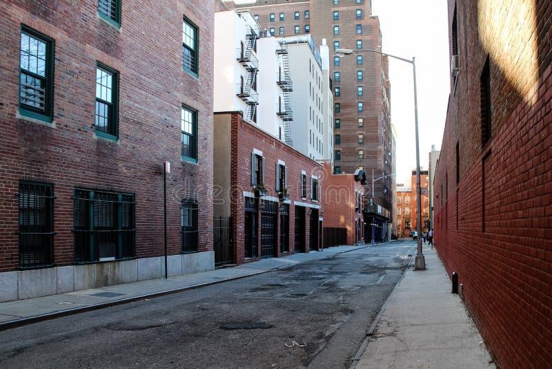 New York City industriell gata med byggnader för röd tegelsten arkivfoto