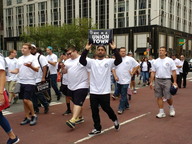 New York City ist eine Verbands-Stadt, Werktags-Parade, NYC, NY, USA lizenzfreie stockfotografie