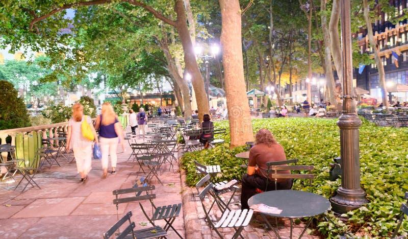 NEW YORK CITY - 8 JUIN 2013 : Les touristes détendent en Bryant Park à n photos libres de droits