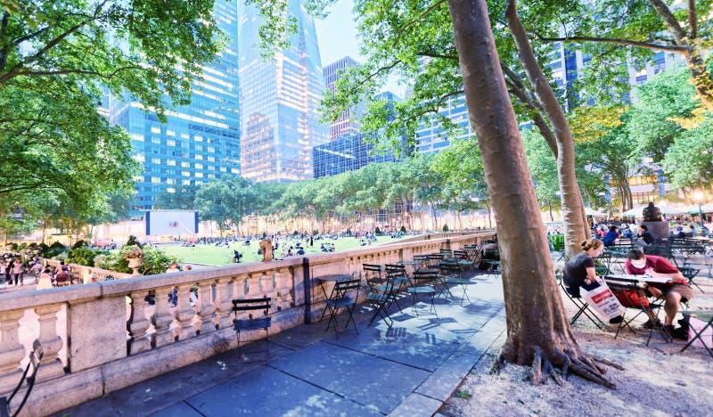 NEW YORK CITY - 8 JUIN 2013 : Les touristes détendent en Bryant Park à n photo libre de droits