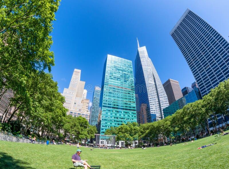 NEW YORK CITY - 14 JUIN 2013 : Vue de Fisheye de Bryant Park au su photographie stock