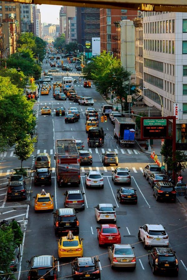 NEW YORK CITY - Jujy 02, 2018: bilar och gula taxitaxiar - trafikstockning i i stadens centrum Manhattan - vykort av New York Cit arkivbilder
