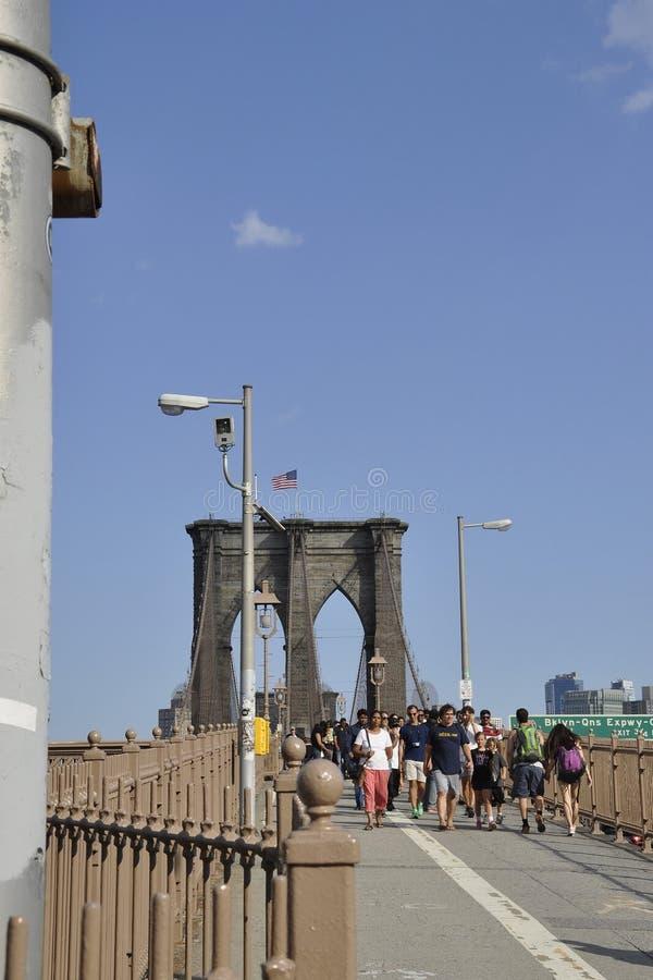 New York City, am 3. Juli: Brooklyn-Brücken-Gehweg über East River von Manhattan von New York City in Vereinigten Staaten lizenzfreie stockfotos