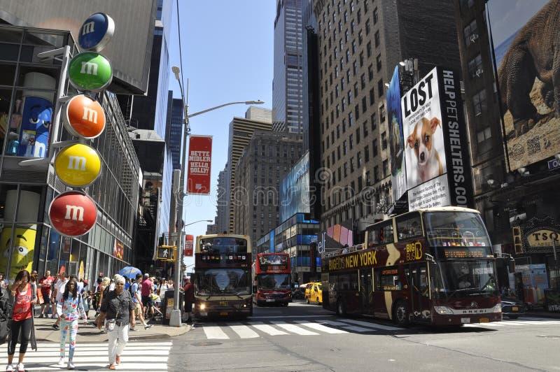 New York City, am 2. Juli: Times Square auf Tageszeit in Midtown Manhattan von New York City in Vereinigten Staaten stockfotografie