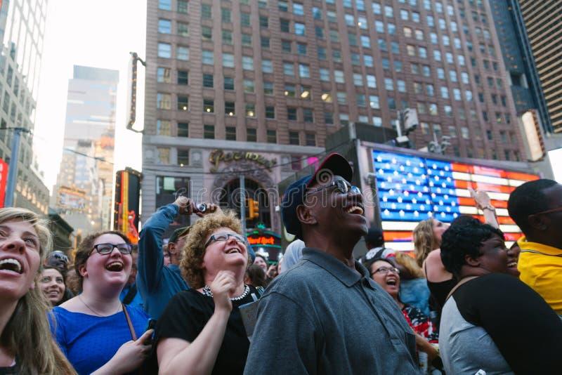 NEW YORK CITY - JUNI 11: Folk som har gyckel med skärmshowerna arkivbild