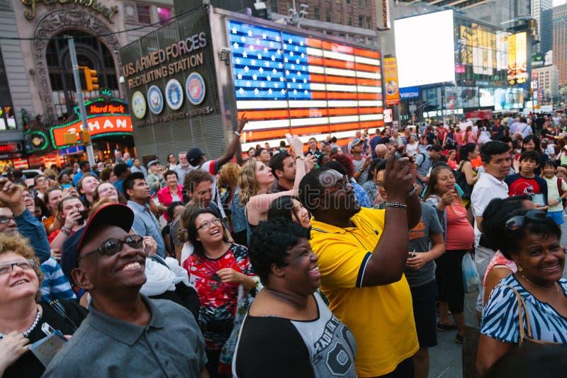 NEW YORK CITY - JUNI 11: Folk som har gyckel med skärmshowerna royaltyfri fotografi