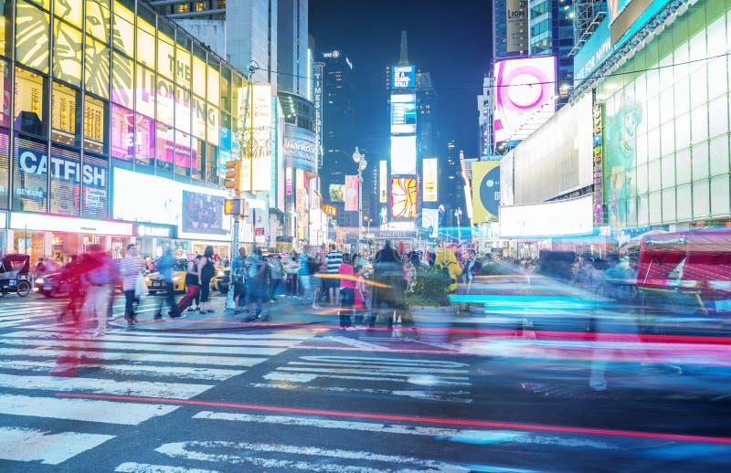 NEW YORK CITY - JUNI 12, 2013: Nattsikt av Times Squareljus arkivbilder