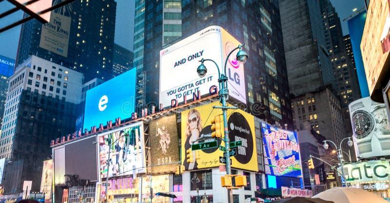 NEW YORK CITY - JUNI 2013: Times Squarefolkmassor och trafik på ni fotografering för bildbyråer